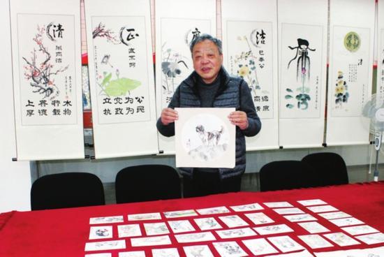 七旬老人绘制生肖明信片贺新年