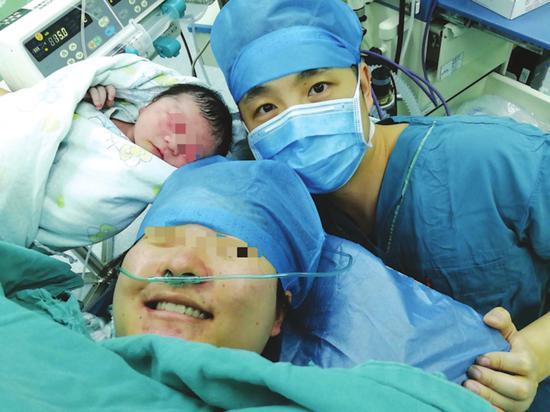 无痛分娩后,一家三口庆祝甜蜜一刻(苏州九龙医院供图)