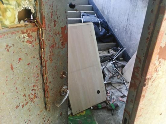 昨天,消防部门对苏州高新区多处人员密集场所开展安全检查。图为一幢综合楼的楼道里堆了大量杂物,存在安全隐患。  □记者叶永春 摄