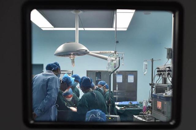 家人不慎剪断了导管 医生急救尿毒症患者