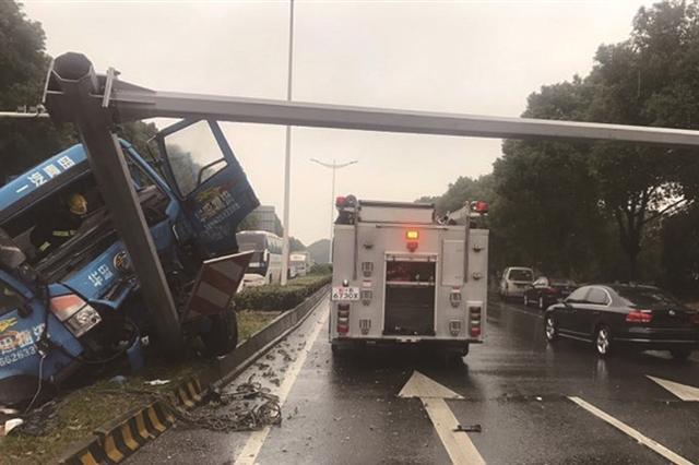 雨天路滑 货车失控撞倒红绿灯