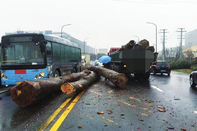 半挂车砸下滚木 公交车无辜躺枪