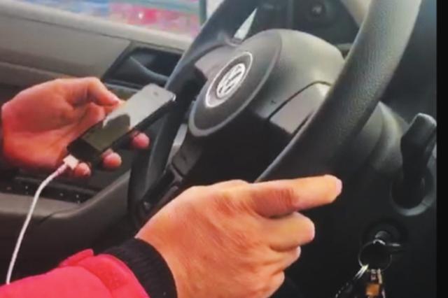 开车看电视剧 聊微信 冰雪天这的哥忙得让人心慌