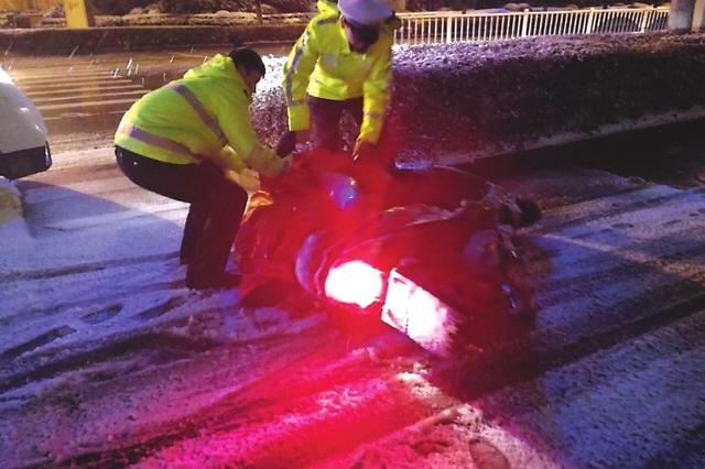 男子雪夜骑行电动车醉倒在地 交警急救