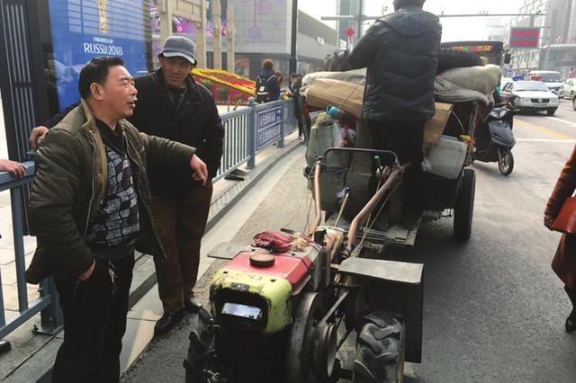 昨天察院场口众多路人看稀奇 手扶拖拉机直闯观前街口