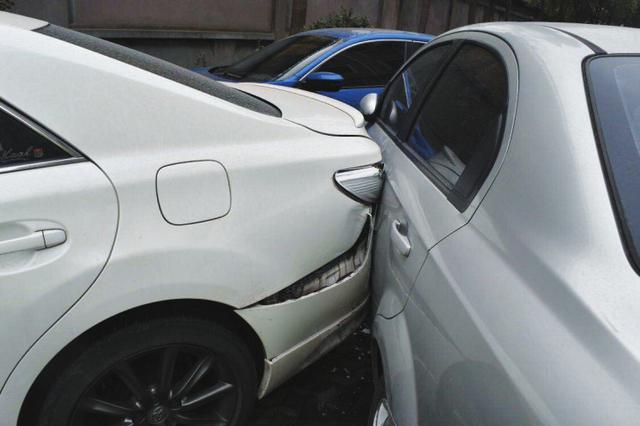 新手司机小区练车技 油门当刹车连撞两车