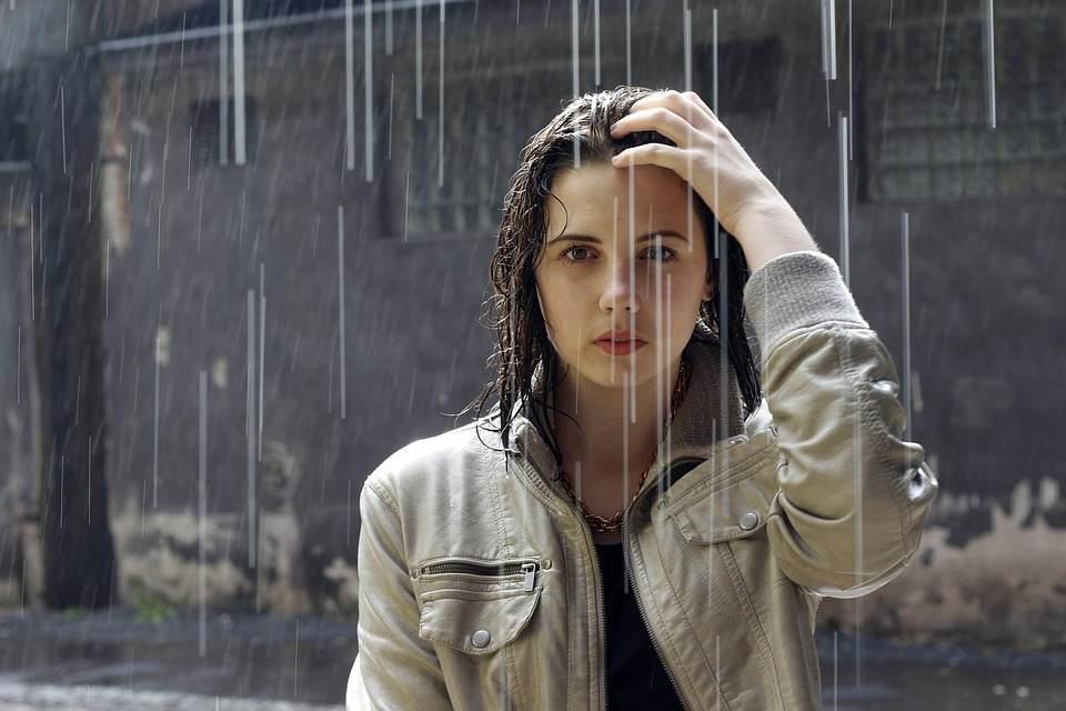梅雨季也不怕 这里有一份雨天的穿搭指南