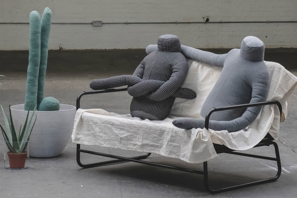 """带有超长""""手臂""""的人形靠垫 像个大大的拥抱"""