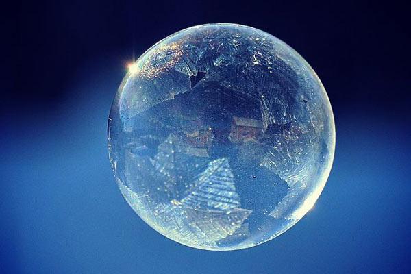 晶莹剔透的飞舞的泡泡 向寒冬挥别迎来温暖的春天