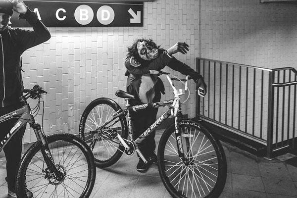 纽约地铁上的人生百态 黑白摄影凝聚时间碎片