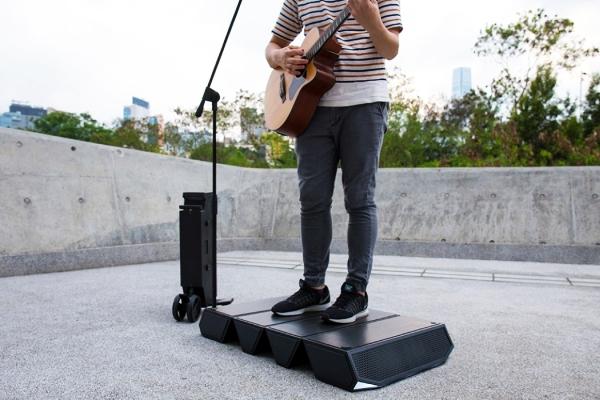 广场舞大妈新装备 能当小舞台的移动音箱