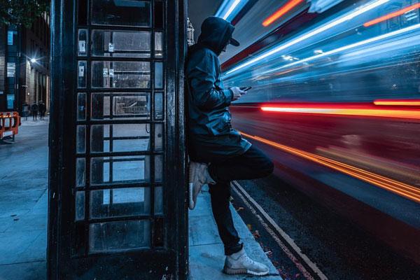 夜晚街头的魔术师 动静结合的伦敦街头光绘