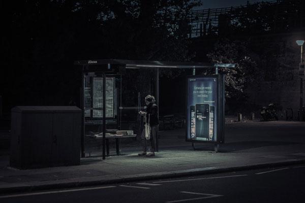失眠夜的孤独身影 捕捉夜晚都市的街头光影