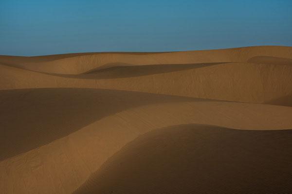 描绘自然的奇异篇章 轻柔抽象的沙漠景象
