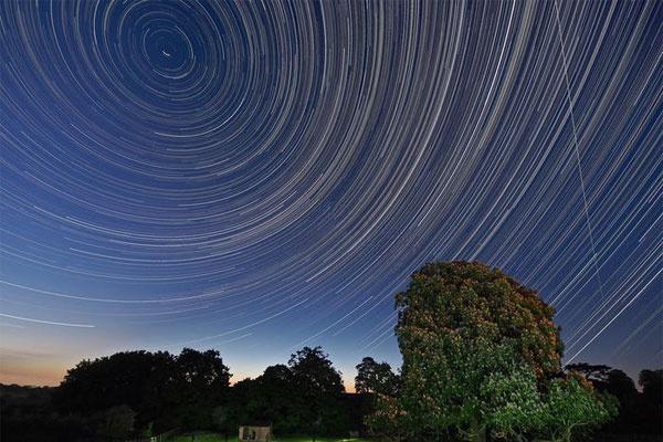 摄影师拍下罕见一幕 国际空间站四次划过夜空