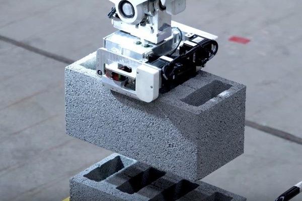 瓦工要失业?砌砖机器人效率已达每小时200块