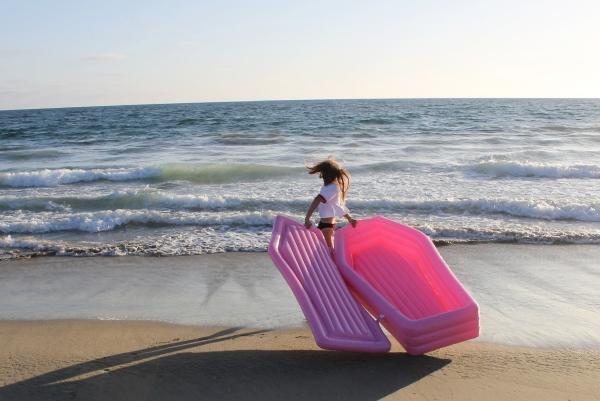 """夏天海边人挤人? 带上它就能随时""""想静静"""""""