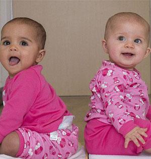 混血夫妇生出不同肤色双胞胎