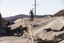 美国加州峡谷公路拱起:几小时内通途变废墟