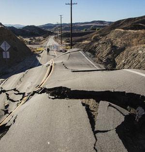 美峡谷公路拱起:几小时通途变废墟