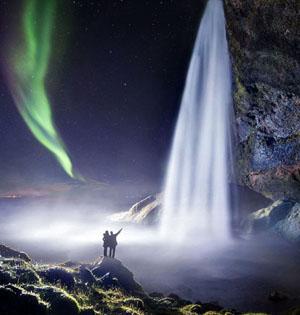 冰岛童话般瀑布美景:与北极光相映