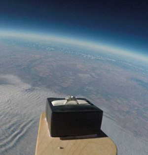 加男子将戒指升到3万米高空求婚