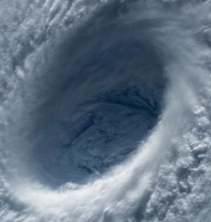 从空中看地球:巨大台风眼