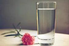 流言揭秘:隔夜水致癌是真的吗?