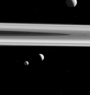 卡西尼太空船拍摄土星卫星