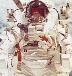 宇航员太空回地球骨骼变脆更年轻