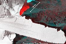 卫星图像记录冰山从南极冰架分离壮观画面