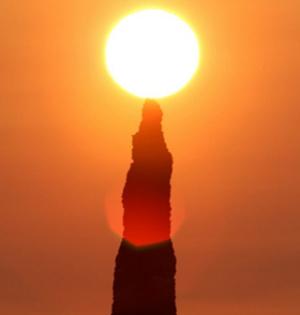 """北海道现奇观""""蜡烛岩""""点燃朝霞"""