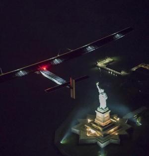 最大太阳能飞机飞跃自由女神像