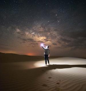 摄影师荒漠中拍银河美景星光灿烂