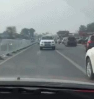 GIF:最牛老司机开倒车上路