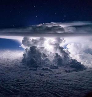 飞行员太平洋上空拍壮观风暴