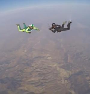 男子不背降落伞从7600米高空跳下