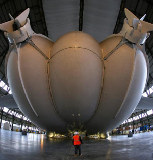 全球最大飞行器首次出棚测试