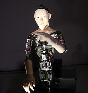 日本研制仿生半身人形机器人