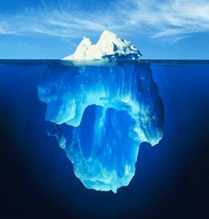 壮观冰山:消融冰体倒映晶莹海面上