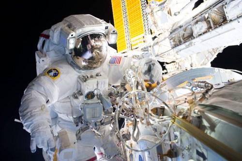 国际空间站宇航员进行太空行走 为期近6个小时(图)