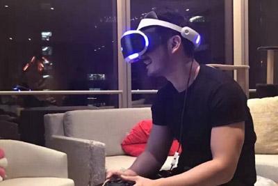 教主自称入PS VR中国第一人 竟激动把桌子坐坏
