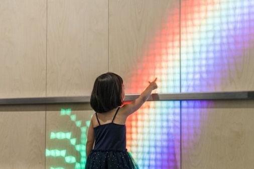 医院墙壁变成绚丽LED屏幕 孩子用跑步和它互动