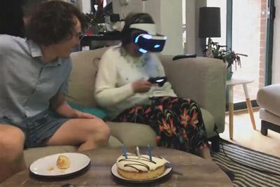80岁老奶奶玩VR:竟掏出真枪对屏幕怒射