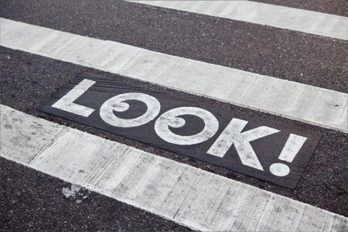 """人行道能救命?欧洲为""""低头族""""设置交通信号"""