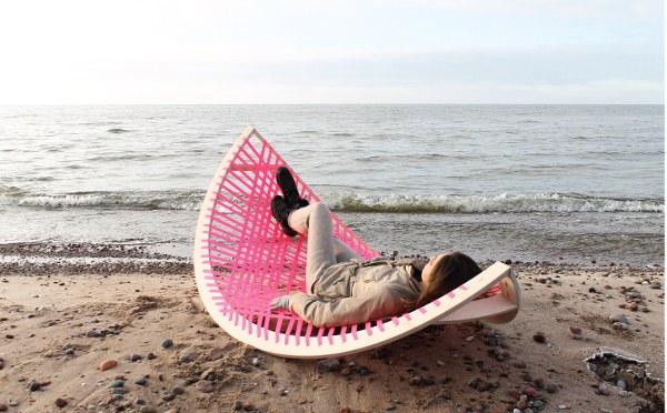 """她在玩的""""香蕉"""" 在沙滩上有超多的用途"""