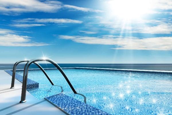 这个游泳池不到10平米大 但游起来却没有尽头