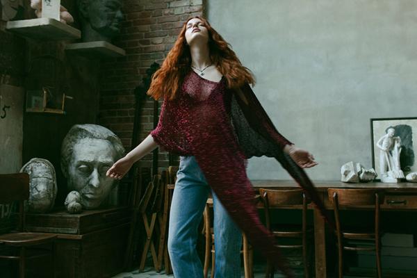 欧美风人像摄影 巧用空间拍摄时尚少女随性心情