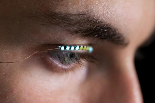 你有双迷人的眼 用上LED假睫毛可以再加十分