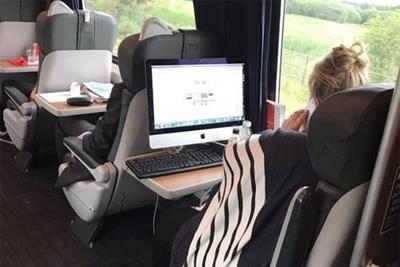 美女扛iMac上火车:居然只为办公